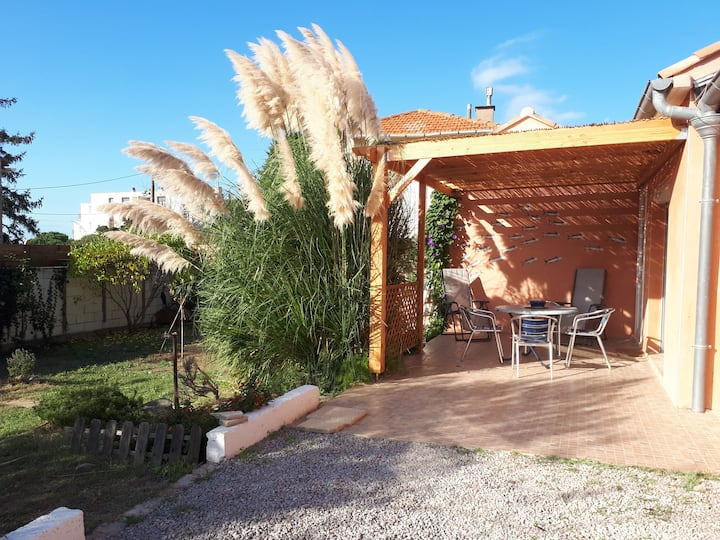 Small house with garden 0,3 miles from the beaches
