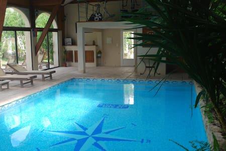 LA PITCHOUNE  Chambres d'hôtes piscine intérieure - Entraigues-sur-la-Sorgue - ที่พักพร้อมอาหารเช้า