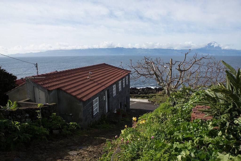 Casa do Zé com mar e Ilha do Pico em frente