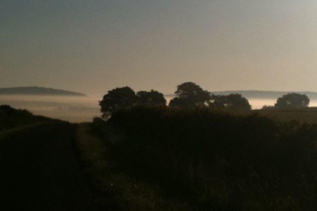 Lever du soleil devant le cottage le matin en été...