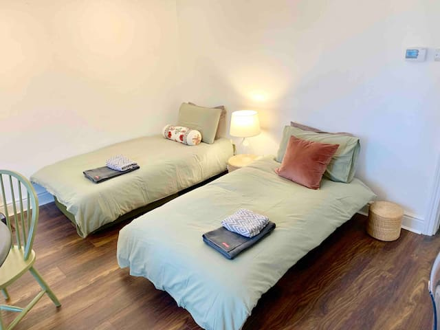 Quiet & comfortable studio near pubs and cafes