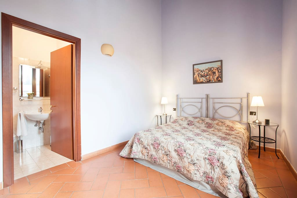 prima camera con bagno, ampia e luminosa e silenziosissima