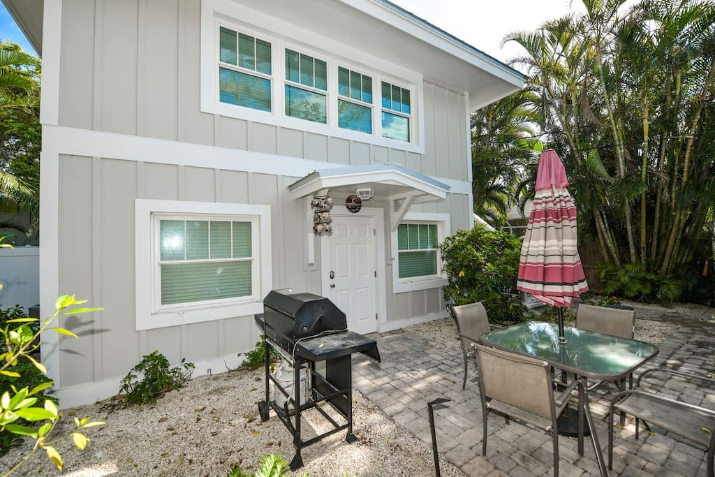Private Patio and BBQ, 1/2 Block to Beach, Pools, Village