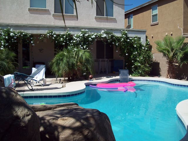 LIVE IN LUXURY 1-3 bedroom - San Tan Valley