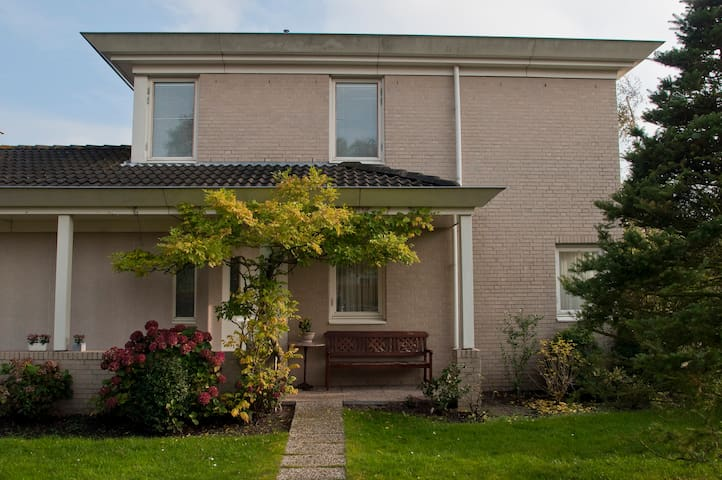 Private en-suite room and courtyard - Voorschoten - Radhus