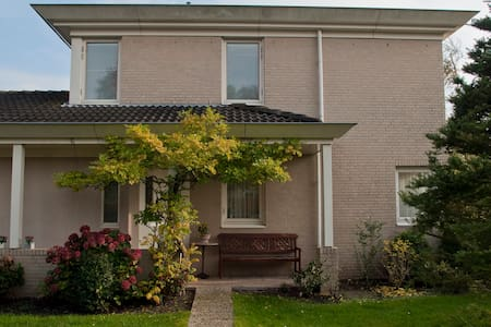 Private en-suite room and courtyard - Voorschoten - 连栋住宅