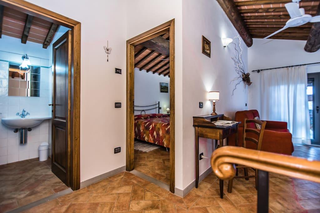 camera matrimoniale_soggiorno_bagno_primo piano