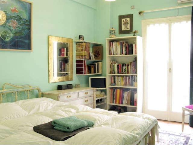 Central & Cosy boutique Apt 3 min walking to Metro