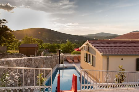 Hidden villa & HEATED POOL 2 km from sea in nature - Marina