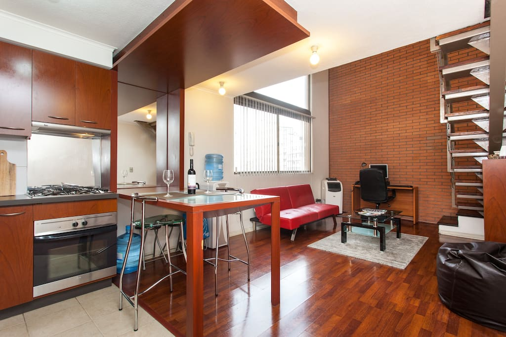 Primer piso, cocina americana, sofa cama, mesa de centro.