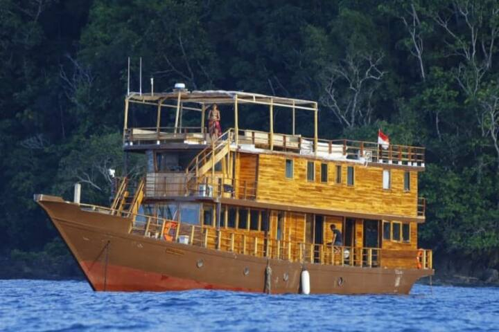 full boat charter in Komodo island national park