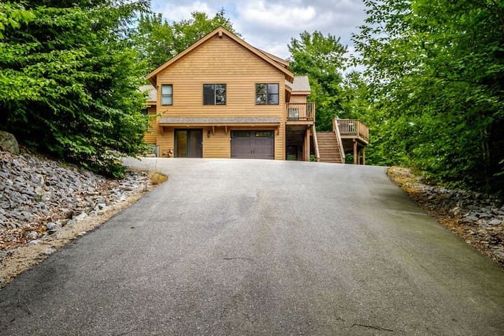 Spacious, Newly Built Home with hot tub/large deck close to Sunday River!