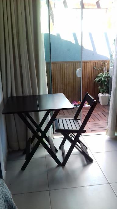 Espaço para uso de notebook ou refeiçao, com privacidade no hall do quarto