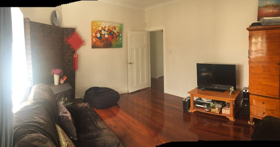Large Sunny room with living room in Mt Albert - Auckland