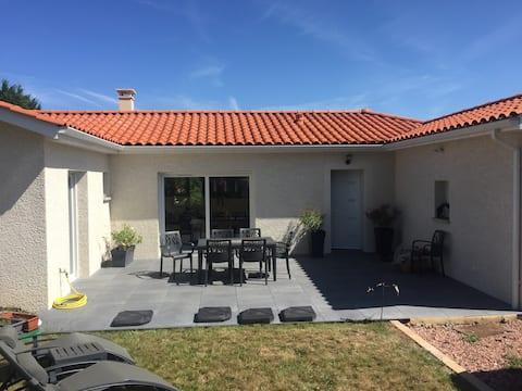 Villa moderne de plain pied -parking/jardin & WIFI