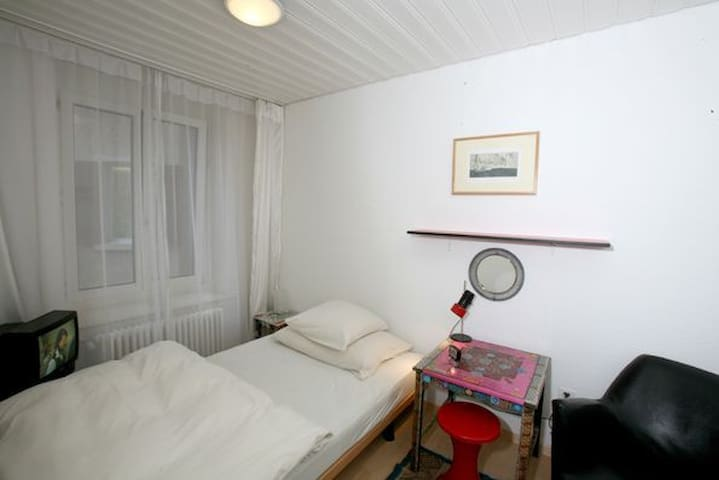 F. White Room (for 1 person) - Zurich - Bed & Breakfast