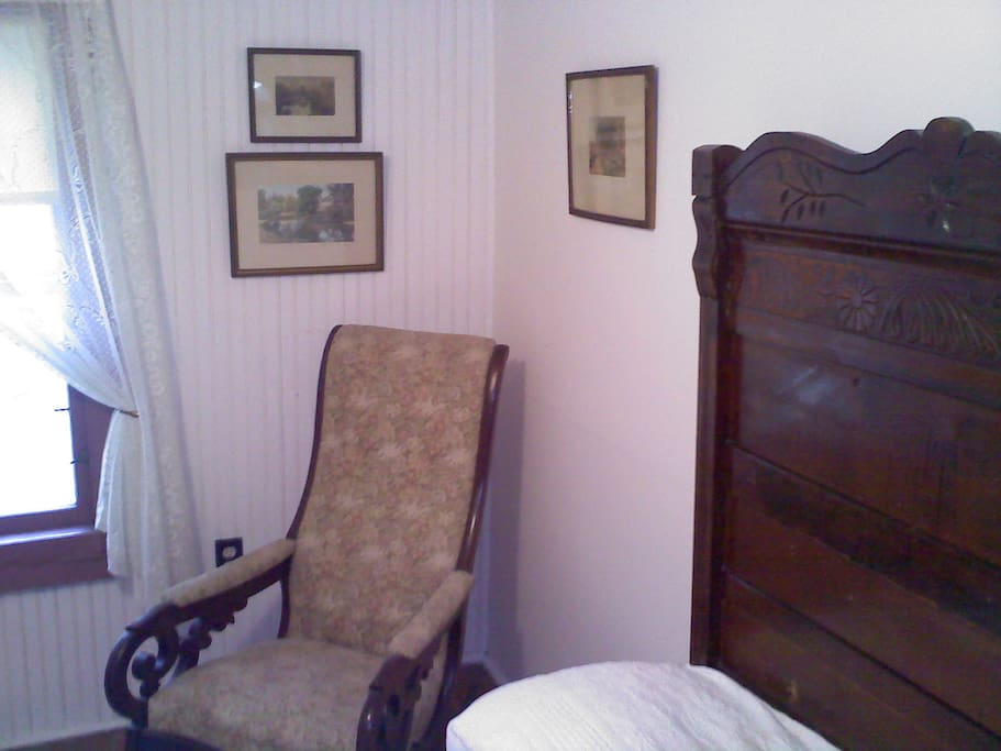 Candletick Guest room with antiques furniture and prints