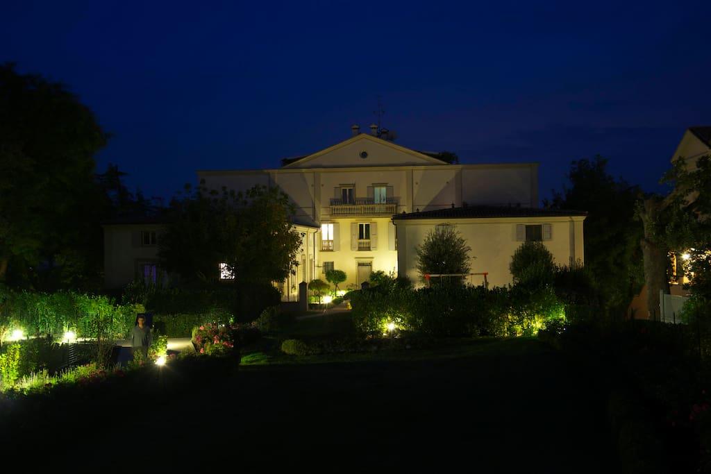 vista notturna della villa - the villa's nighttime sight