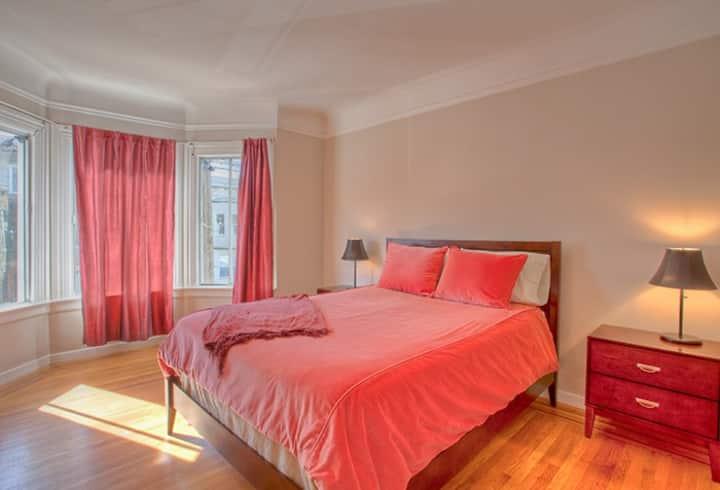 2BR: Clean, cozy, family friendly spot next to GGP