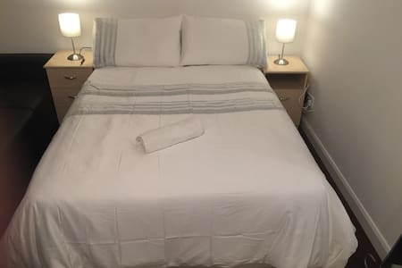 Beautiful, warm, 3-4 min to 3 tubes - Londres - Apartamento