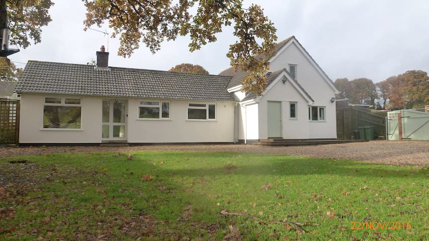 Recently refurbished home in country location - Ludgershall - Bungalo