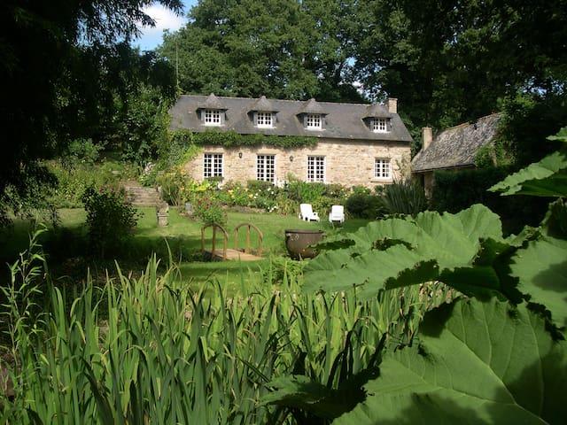 gite de charme MoulinGlas dans un jardin insolite - Hennebont - Dom