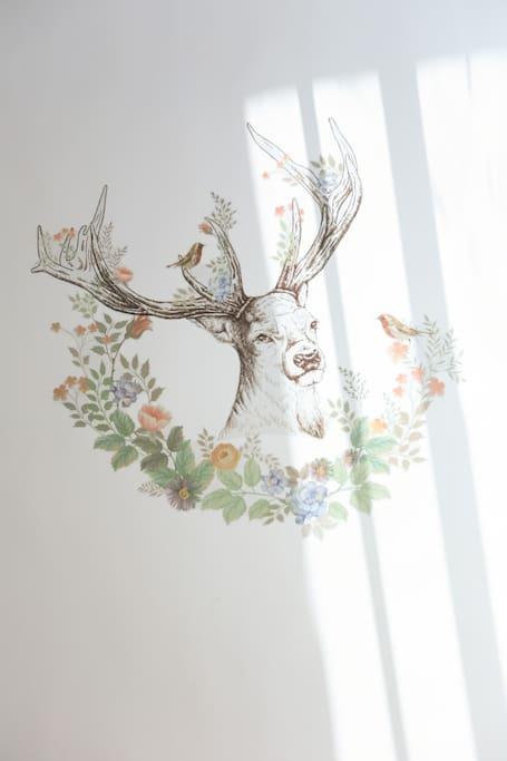 阳光透过窗户照射在墙上