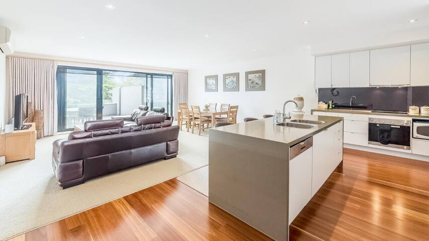 CSCAPE APARTMENT IN COWES OPPOSITE BEACH- 11/4