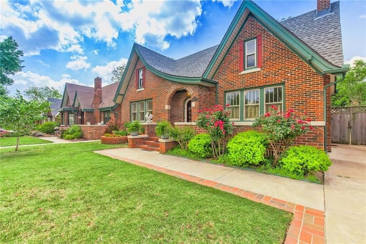 Crestwood Cottage in the heart of OKC (half house)
