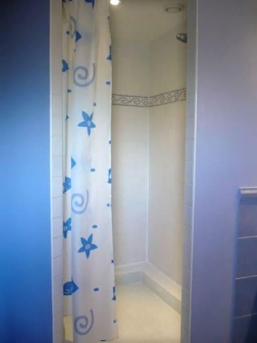 Bathroom and shower are on 2nd floor.  Salle de bain, avec douche à l'étage.
