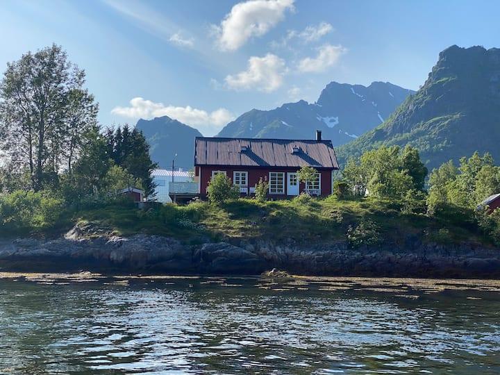 Hus nært sjøen med vedfyrt badestamp og kajakker