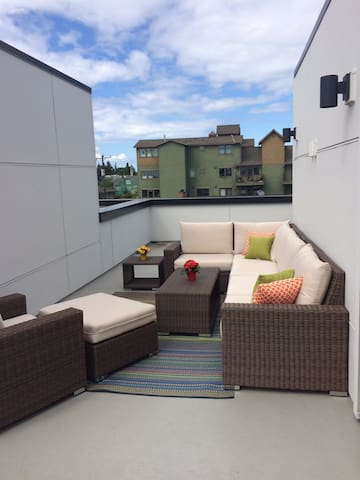 Master bed/bath, roof deck in heart of W. Seattle! - Seattle - Townhouse