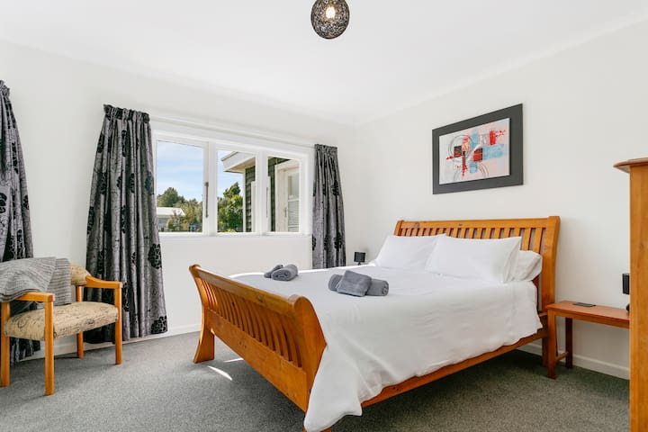 Main Bedroom, Qn Bed, good linens, feather duvets and feather pillows.