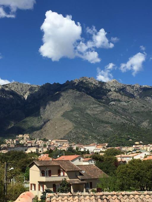 vue sur les montagnes et la citadelle de Corté.