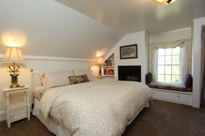 Room-At-The-Top/detached Bath + Bkfast & Wine Hr