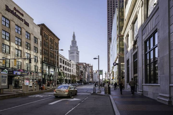 Center of Downtown Cleveland! Warehouse district!