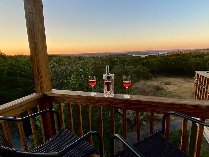 Cozy Hill Country suite with views of Canyon Lake!