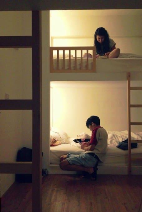 入住六人房中的一床(附插座、閱讀燈、床簾)房內提供鎖櫃與獨立曬衣陽台