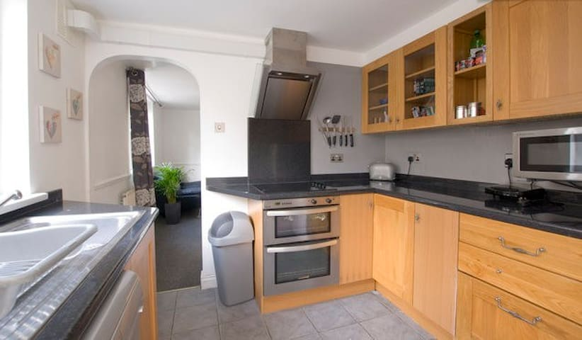 Lovely twin bedroom, 5 mins from the tube, zone 3 - London - Hus
