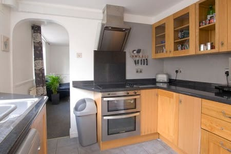 Lovely twin bedroom, 5 mins from the tube, zone 3 - London