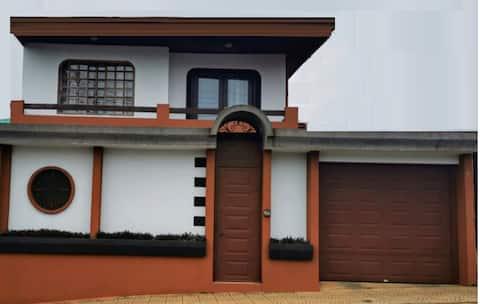Habitación privada , cerca de lugares turísticos.