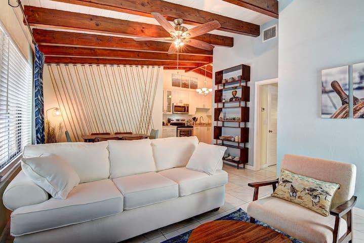 Catamaran Suite Luxurious 1/1,  near the beach!!🏖