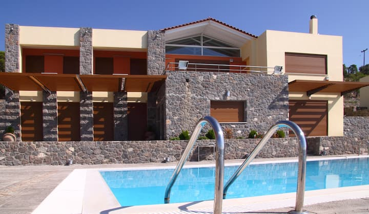 Zefi's 6 bdrm Villa with priv. pool near the beach