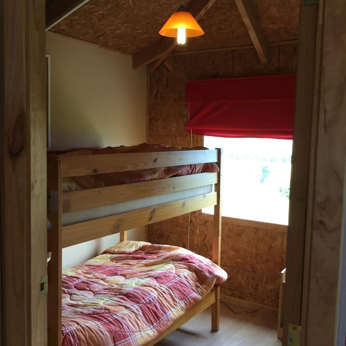 Este dormitorio tiene 2 camas en un camarote o litera.