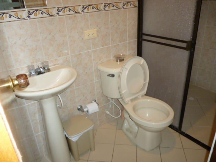 bathroom 1.  There are two bathrooms  - 2 baños completos