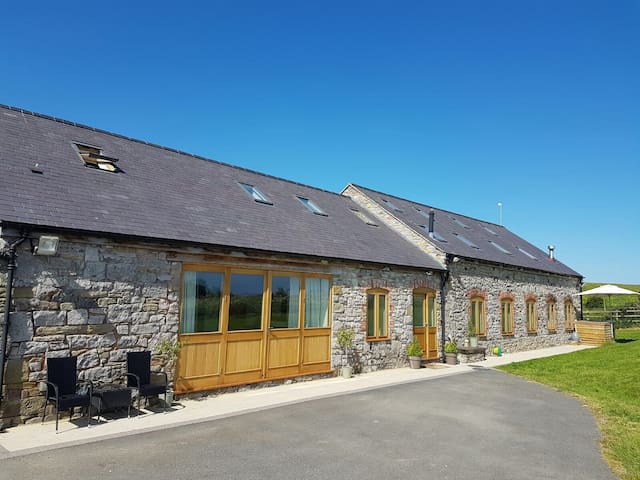 Barn Loft - Overlooking Estuary, fields and meadow - Trelogan - Hus