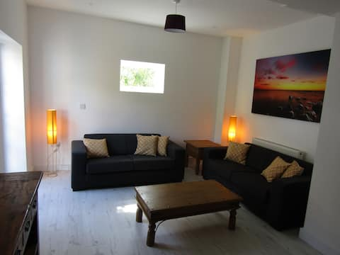 Rottingdean spacious 2 bed flat with free parking