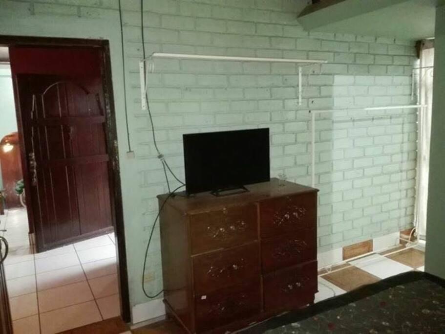 TV con cable y luz incluida