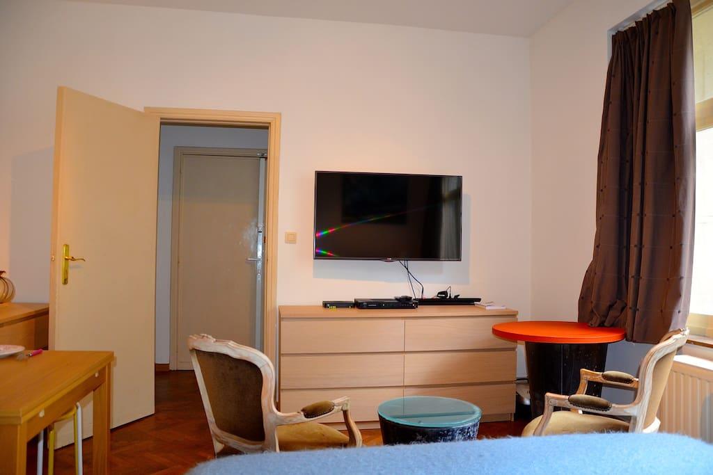 face nord avec television grand écran ,wifi ,porte ouverte donnant sur le hall d'entrée. commode de rangement