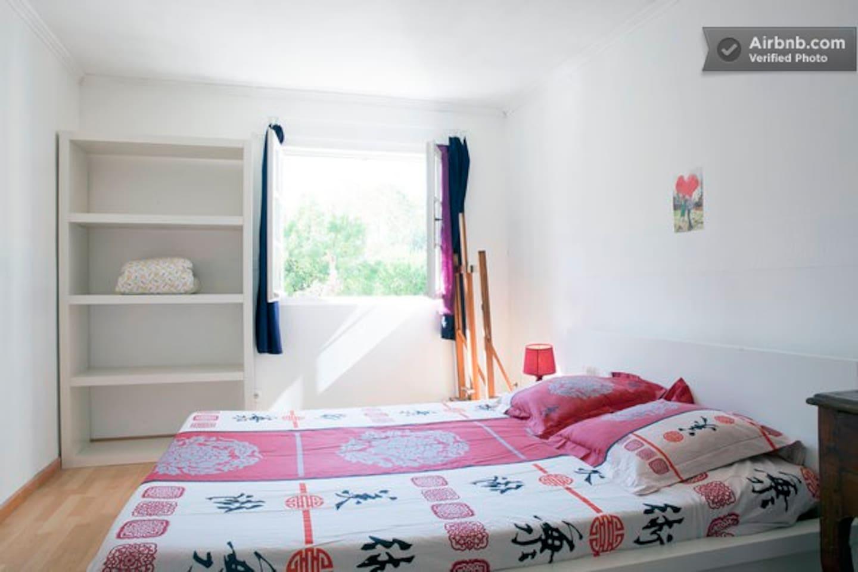 La chambre avec son grand lit (160*200)